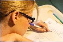 rapariga fazendo exame