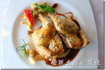 台南-瑪莉洋房(Marie's House)。上了「迷迭香春雞」主菜後服務生會過來幫忙切開雞肉,並把整個雞肉分成四份,方便客人食用,這也是一般高級西餐廳的特色,西堤牛排的服務生也會幫客人切排餐去骨,不過這裡只幫忙切開而已,沒有去骨。