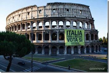 """Greenpeace """"denuclearizza"""" Roma"""