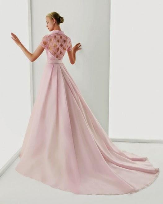 Vestido-de-novia-en-color-rosa-con-encaje-en-la-espalda-Foto-Rosa-Clará-500x602