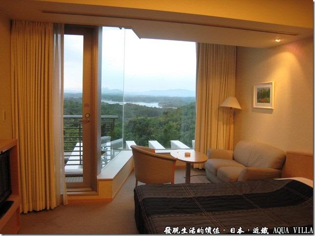日本伊勢志摩市的近鐵水上別墅飯店(Hotel Kintetsu Aquavilla Ise-Shima),在客房中將窗簾拉開,美麗海景馬上映入眼簾,不過看起來只能遠觀啊。