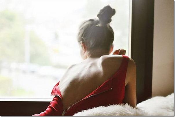Lindas imagens de garotas olhando para fora da janela (15)