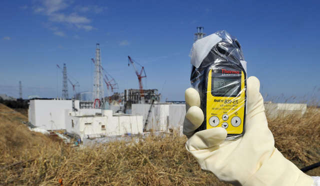 A radiation detector displays 131 microsieverts on 28 February 2012, near the Fukushima Daiichi plant. At this location, a person receives the maximum annual dose recommended in France for artificial radioactivity in ten hours. Photo: Kimimasa Mayama / Reuters
