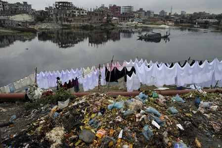 White, pink, black sheets and garbage overseeing the Buriganga river and Dhaka, on the Kamrangichar peninsula in Kamrangirchar.