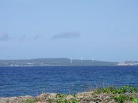 遠くに風車が三基。右端に見える茶色の建物は原発でございます。