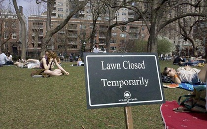 new-yorkers-sitting-in-park-stay-off-grass-sign-799x500