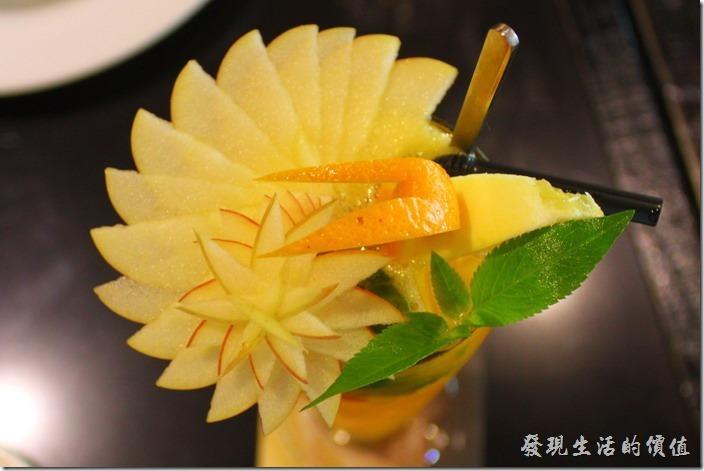 台東-愛上台東義大利餐廳。這「夏威夷冰果茶」上面的蘋果花瓣,完全沒有使用任何的工具,純粹使用疊疊樂的方式疊出花瓣的形狀,刀工真的很細,手也很巧,只要一個不小心就會前功就盡棄了。