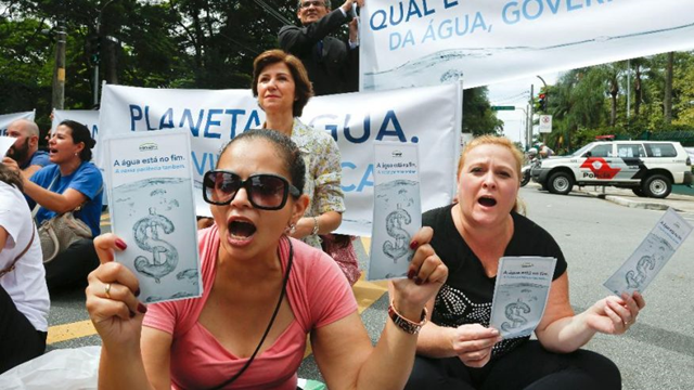 Demonstrators hold signs that reads in Portuguese 'The water is at its end, our patience too,' as they protest against the rationing of water outside the official residence of Sao Paulo's Governor Geraldo Alckmin in Sao Paulo, Brazil, Monday, 26 January 2015. The system of reservoirs and rivers that provide water to millions in this city have received less rainfall than hoped in the worst drought in more than 80 years, raising fears they won't be replenished as hoped. Photo: Andre Penner / AP Photo