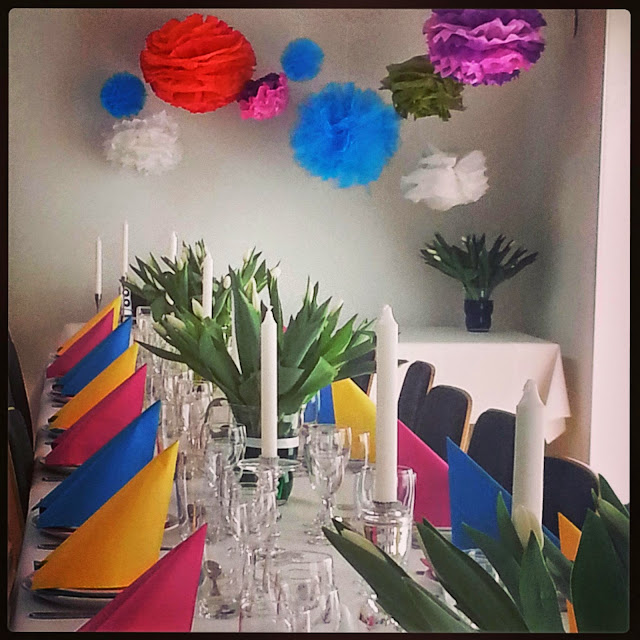 Rainbow coloured tablesetting