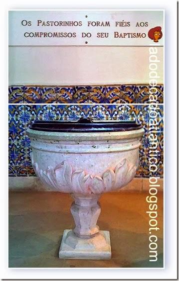 Imagem do mosaico com a placa e a pia batismal da igreja de Fátima em Portugal