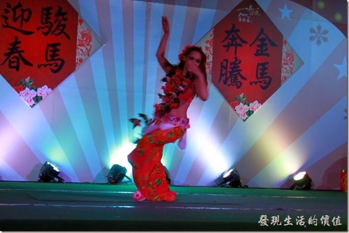 花蓮-理想大地渡假村-異國風情晚會。理想大地-夏威夷呼啦舞,就像隻熱帶魚般在大海快樂的悠遊一樣。
