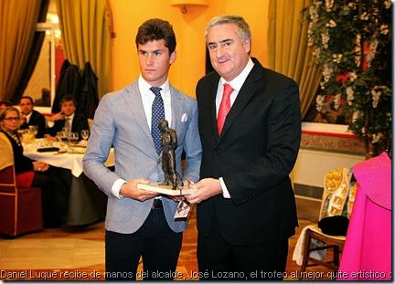 Daniel Luque recibe de manos del alcalde, José Lozano, el trofeo al mejor quite artístico que patrocina el Ayuntamiento