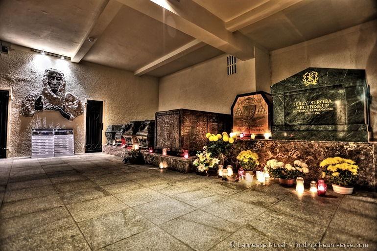 Bischofssärge in der Krypta der Kathedrale in Posen