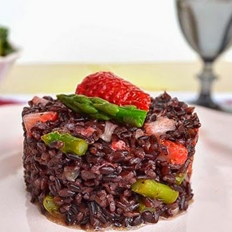 Μαύρο ρύζι με σπαράγγια και φράουλες