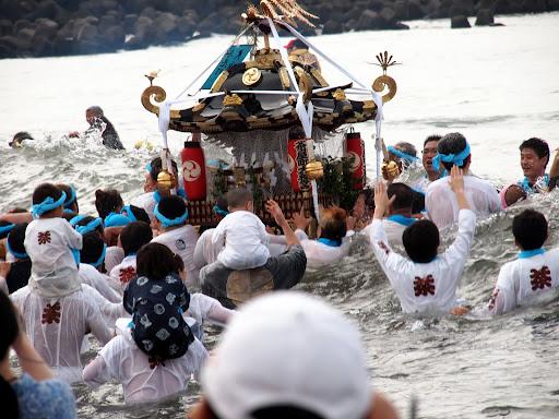 [写真]波をかぶって転覆寸前の神輿