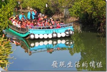 台南-四草竹筏綠色隧道。準備乘坐竹筏逛紅樹林綠色歲到了。船上要穿救生衣,怕熱的朋友可以戴船公司提供的斗笠。