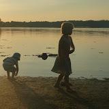 Skøn varm sommeraften, og børnene leger ved stranden.