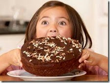 Bambina mangia un dolce