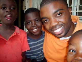 Trésor Yenyi (deuxième à droite) en famille à Kinshasa.