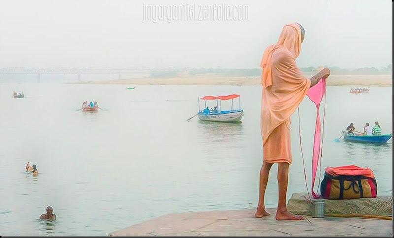 Faire sécher son string n'est pas plus facile à Varanasi qu'à Nice...