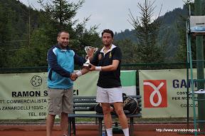 Roberto Mineni premia il vincitore Federico Fausti.