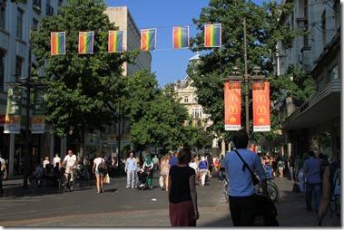 通りには虹色の旗が目立つ