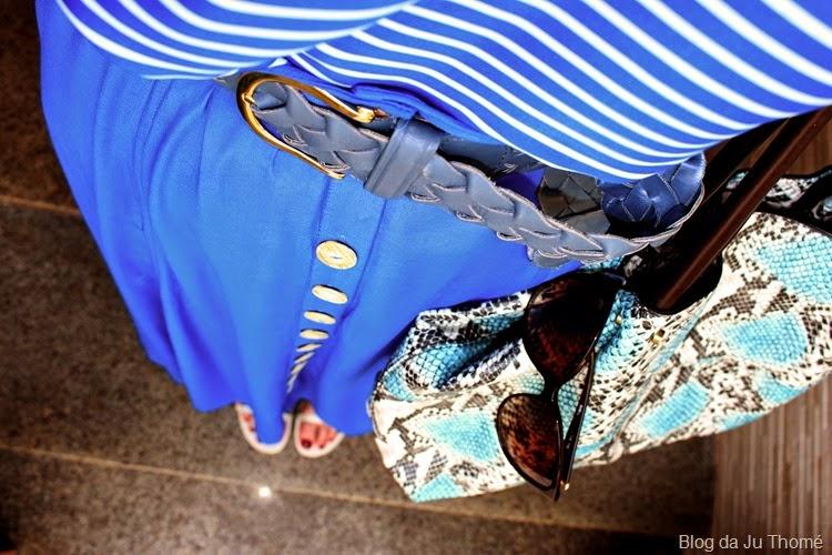 look saia longa azul, blusa listrada e bolsa estampada3
