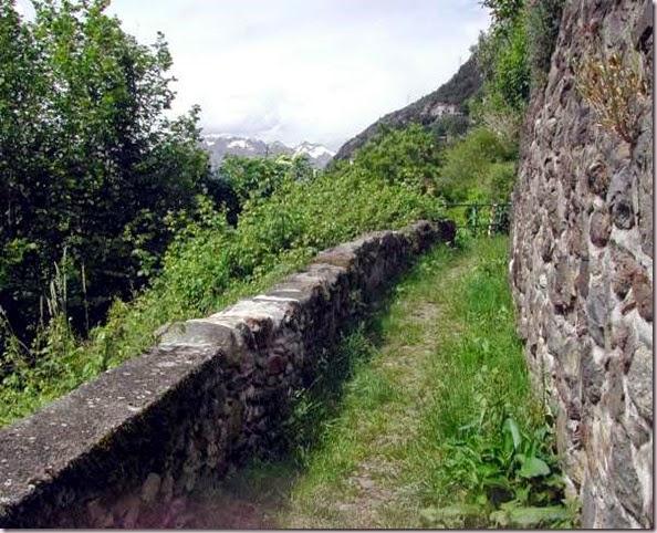 sentiero lungo il bordo inferiore di Oro-600