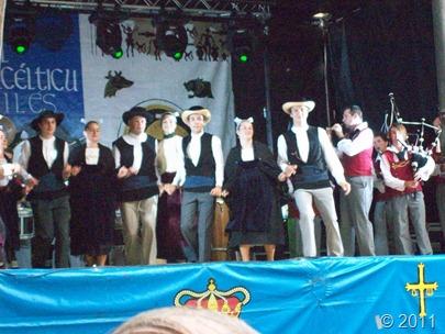 En primer plano, los bailarines de Cercle Celtique de Landivisiau; al fondo Kevren Brest Sant Mark