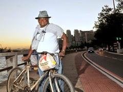 1 - Pedreiro pedala 42 quilômetros todo dia para cursar Direito no ES
