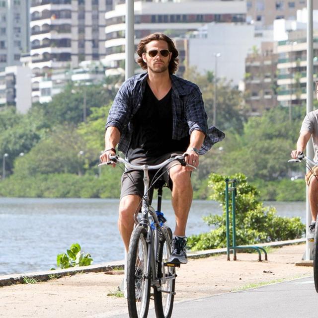 Jared Padalecki passeando de bicicleta pelo Rio de Janeiro