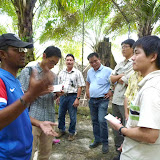 写真4 Keresa社操業地内でのAbdul Aziz氏による現地説明 / Photo4  Mr. Abdul Aziz describing the operations on the site of Keresa company