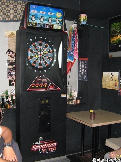 十九酒食居酒屋。店內的電動飛鏢枱,大夥正玩得起勁。
