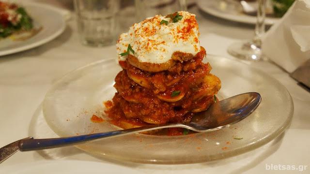 Πύργος με πατάτα, κιμά, συριανό λουκάνικο και συριανό τυρί. τέλειο!