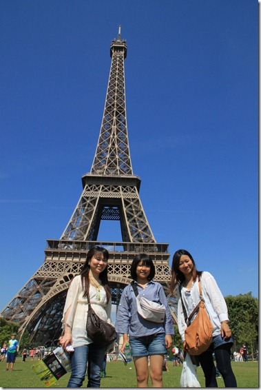 エッフェル塔の下で記念写真