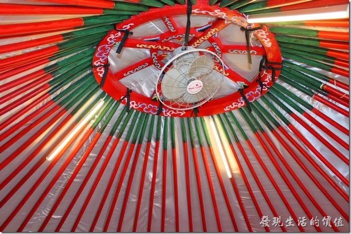 台南-台灣咖啡文化館。蒙古包的頂端還設置有一架電風扇及日光燈。