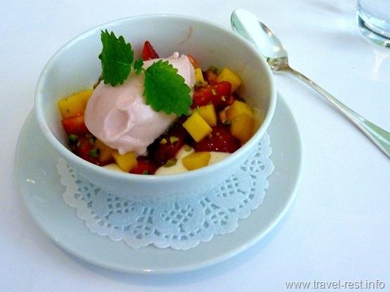 Мороженое с фруктовым салатом из манго и клубники с фисташками