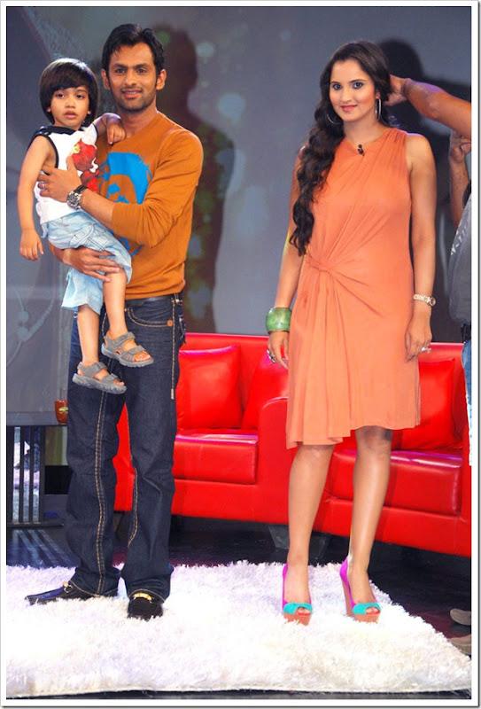 """Shoaib Malik and Sania Mirza on Raveena's show """"Isi ka Naam Zindagi Hai""""i-7"""