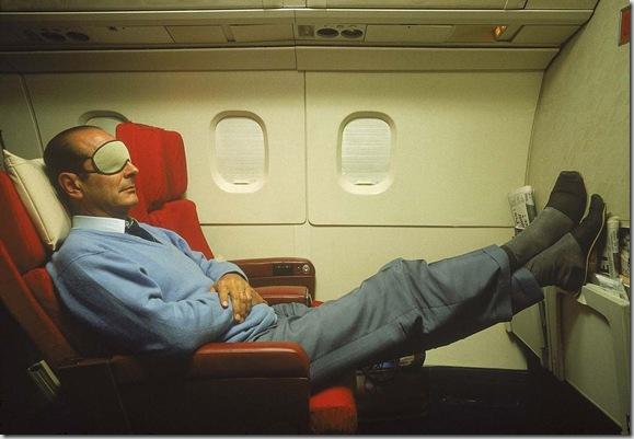 Jacques CHIRAC en pantoufles et masque sur les yeux se reposant à bord du Concorde l'emmenant en Nouvelle-Calédonie.