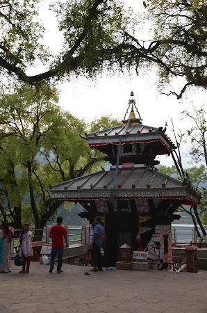 Obiective turistice Pokhara: templul Shiva de pe insula.JPG