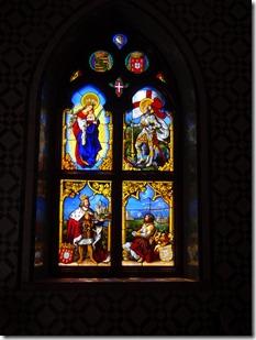 Il y a même une chapelle privée avec des vitraux.