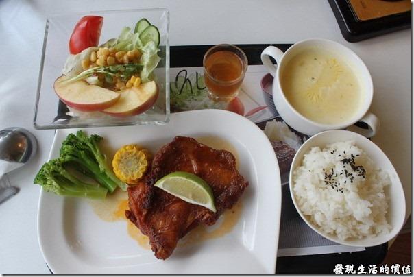 台南成大奇美咖啡。這是我點的「紐澳良雞排餐」。左上角的沙拉看起來就是一副有氣無力的樣子,那一小杯的醋汁也好喝不到哪裡去,我還是比較喜歡王品的醋汁。
