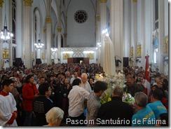Imagem de Nossa Senhora percorre interior da igreja