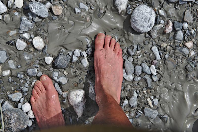 Picioare reci si noroi glaciar.