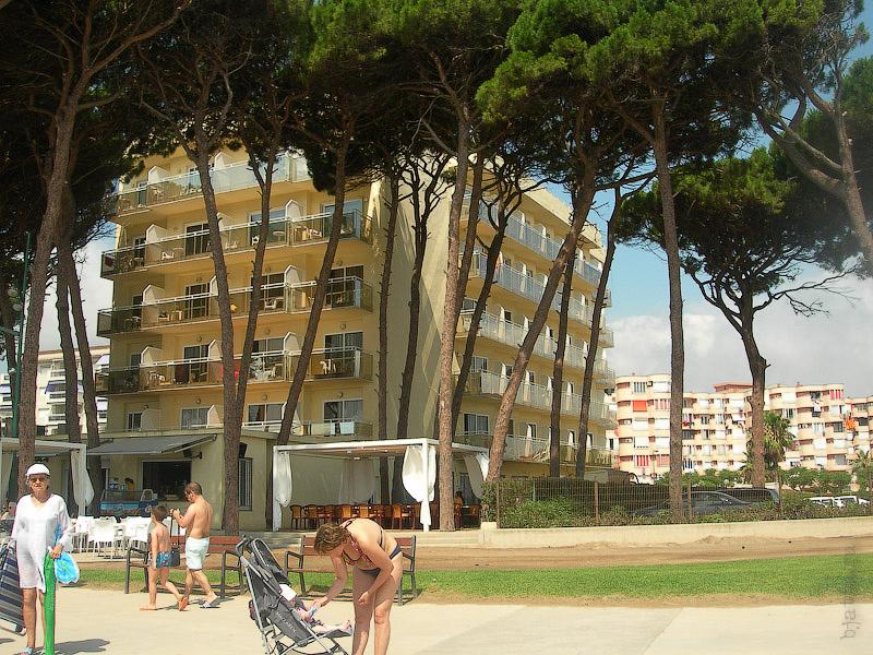 Hotel Terramarina (ex. Carabela Roc). La Pineda. Costa Dorada. Spain. Хотя и пляж муниципальный, расположение отеля таково, что они с полным правом могут писать в проспектах про свой пляж, что в Европе в принципе не возможно.