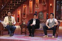 Actors Jeetendra with Tusshar Kapoor on the sets of Comedy Nights with Kapil at Filmcity in Mumbai  2013_1.jpg