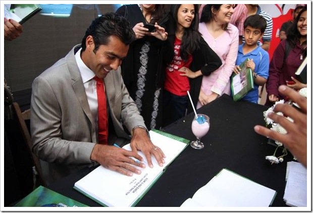 Aisam_book_signing