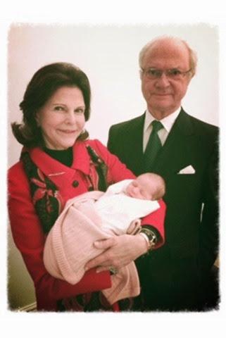 La princesa Leonor con sus abuelos maternos, los reyes Carlos Gustavo y Silvia de Suecia.