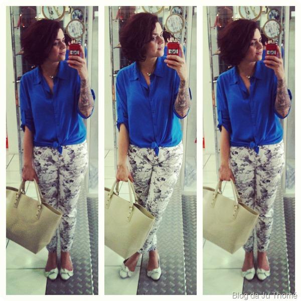 look calça estampada floral, camisa azul e maxi bolsa