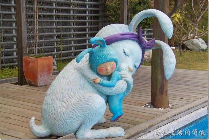 花蓮-翰品酒店。一隻小白兔擁抱著穿上兔子裝的小男孩。(兔子的魔術咒語)緊緊抱著我,在我耳邊輕聲說出魔術咒語:「好愛好愛你」,今天將會是世界上最棒的一天,我會渾身充滿力量,在水裡、樹旁、草叢中,跳上跳下玩耍一整天。